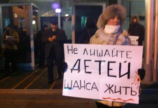 Защитников сирот задерживают у Госдумы
