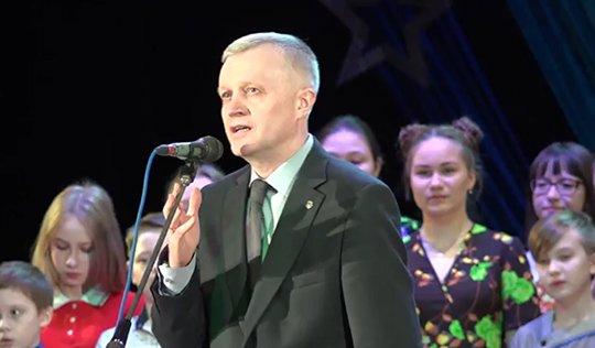 Свердловский мэр почтил память жертв теракта вПетербурге «зажигательным смехом»