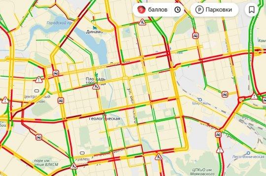 Первый октябрьский снегопад парализовал движение в Екатеринбурге
