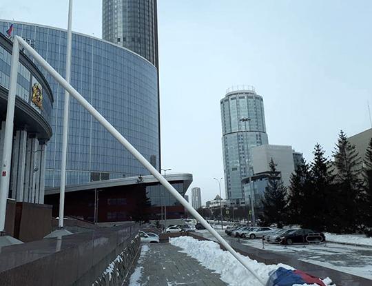 Ветер сломал флагшток у здания областного правительства