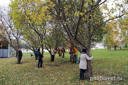 Екатеринбуржцы будут снова обнимать деревья в сквере у Драмтеатра