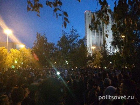 Вторая битва за сквер в Екатеринбурге: идут задержания и стычки с полицией