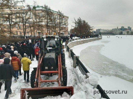 Прогулка с задержаниями: в Екатеринбурге прошла вторая акция в поддержку Навального